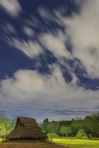 冬のライトアップされた加曽利貝塚の風景の写真素材 [FYI01272191]