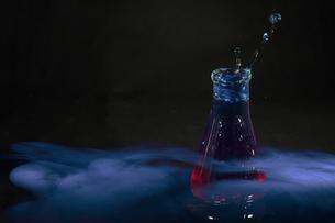 フラスコからあがる水滴の写真素材 [FYI01272245]
