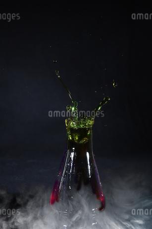 フラスコからあがる水滴の写真素材 [FYI01272247]