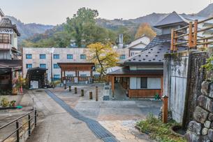 秋の大湯温泉の風景の写真素材 [FYI01272302]