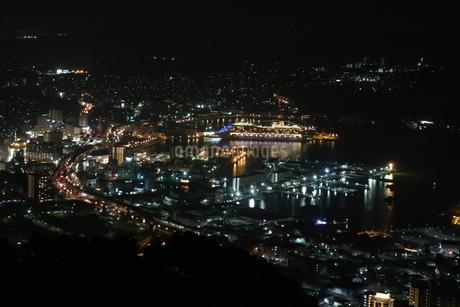 佐世保港の夜景と大型クルーズ船の写真素材 [FYI01272307]