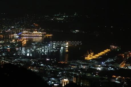 佐世保港の夜景と大型クルーズ船の写真素材 [FYI01272308]