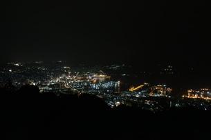 佐世保港の夜景と大型クルーズ船の写真素材 [FYI01272310]