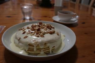 ココナッツソースのパンケーキと紅茶の写真素材 [FYI01272358]