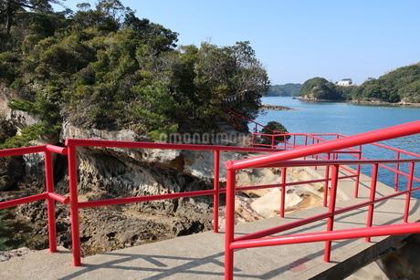 海岸沿いの参道と赤い手すりの写真素材 [FYI01272375]
