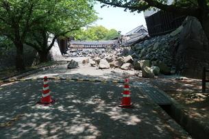 地震で倒壊した熊本城の石垣の写真素材 [FYI01272380]