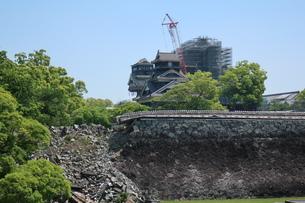 地震で倒壊した熊本城の石垣の写真素材 [FYI01272799]