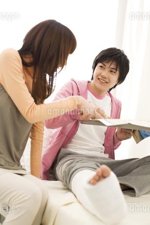 病室で旅行の計画を立てているカップルの写真素材 [FYI01272882]