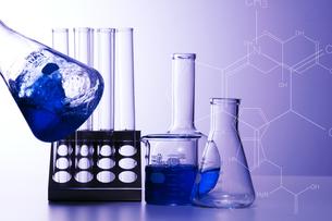 実験道具と化学構造式の写真素材 [FYI01272997]