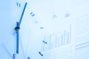 時計と書類の写真素材 [FYI01273002]