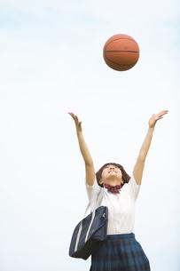 ボールを頭上に投げている女子高生の写真素材 [FYI01273108]