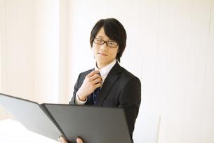 資料を見ているビジネスマンの写真素材 [FYI01273174]