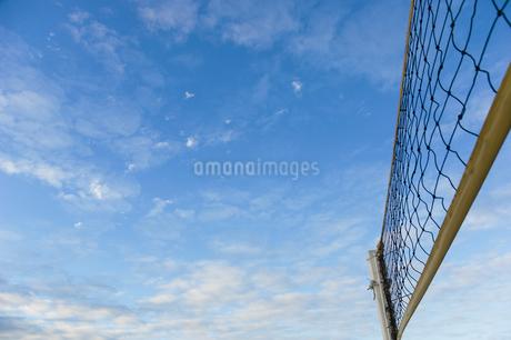 ビーチバレーのネットと空の写真素材 [FYI01273216]