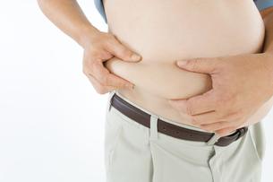 脇腹をつまむ肥満男性の写真素材 [FYI01273252]