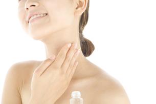 化粧水をつけている女性の写真素材 [FYI01273289]