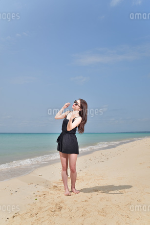 宮古島/ビーチでポートレート撮影の写真素材 [FYI01273307]