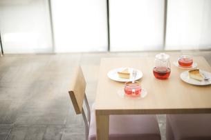 机の上にあるチーズケーキとハーブティの写真素材 [FYI01273568]