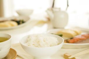 机の上に並べられている朝食の写真素材 [FYI01273586]