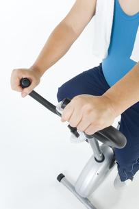 運動をしている肥満男性の写真素材 [FYI01273625]