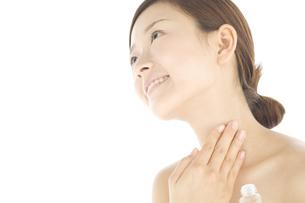 化粧水をつけている女性の写真素材 [FYI01273631]