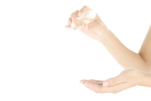 化粧水をつけている女性の手の写真素材 [FYI01273633]