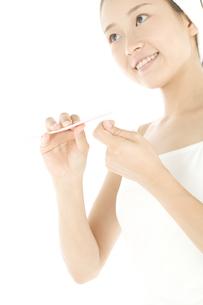 爪を磨く女性の写真素材 [FYI01273638]