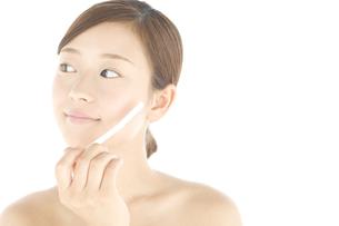 顔そりをしている女性の写真素材 [FYI01273669]
