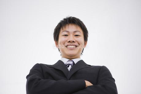 腕組みをしている笑顔のビジネスマンの写真素材 [FYI01273694]