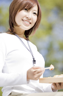 お弁当を持っている若い女性の写真素材 [FYI01273808]