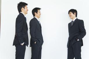 3人のビジネスマンの写真素材 [FYI01273811]