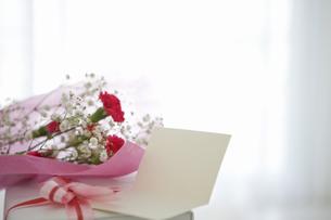 花束とプレゼントとメッセージカードの写真素材 [FYI01274011]