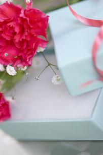 花束とプレゼントの写真素材 [FYI01274030]
