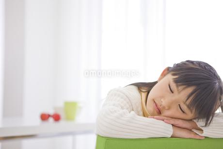 うたた寝をする女の子の写真素材 [FYI01274170]