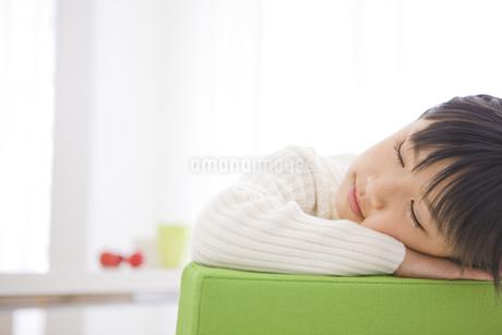 うたた寝をする女の子の写真素材 [FYI01274172]