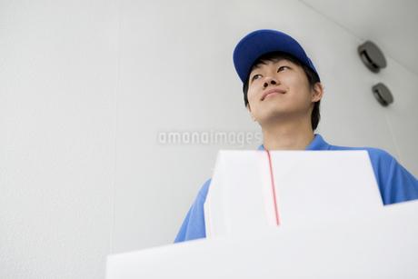 配達員の男性の写真素材 [FYI01274230]