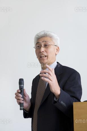 講演する男性の写真素材 [FYI01274241]