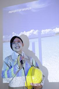 プレゼンをしている作業着の女性の写真素材 [FYI01274252]