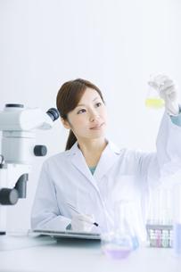 実験をする白衣を着た女性の写真素材 [FYI01274379]
