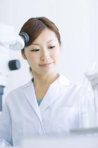 実験をする白衣を着た女性の写真素材 [FYI01274380]
