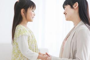 手をつないでいる母と子の写真素材 [FYI01274659]