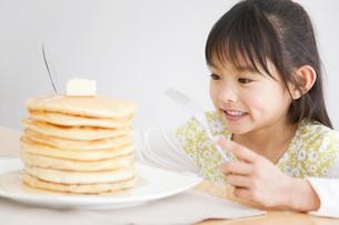 ホットケーキと女の子の写真素材 [FYI01274671]