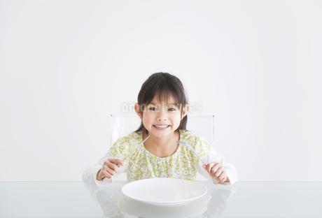 ナイフとフォークを握っている女の子の写真素材 [FYI01274675]