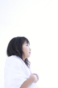 頭を拭く女の子の写真素材 [FYI01274749]
