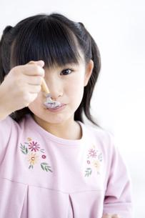 食事をする女の子の写真素材 [FYI01274769]