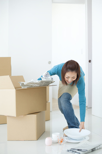 引っ越し作業をする女性の写真素材 [FYI01274813]