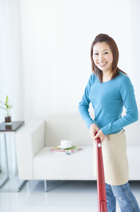 掃除する女性の写真素材 [FYI01274827]