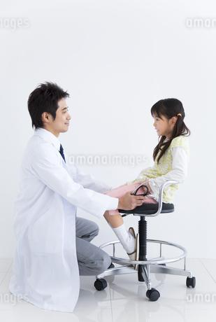 子供の診察をする医師の写真素材 [FYI01274968]