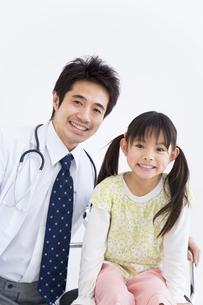女の子と医師の写真素材 [FYI01274976]