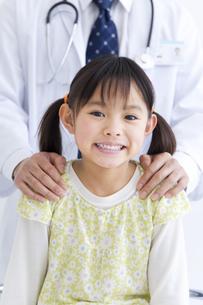 女の子と医師の写真素材 [FYI01274978]