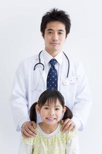 女の子と医師の写真素材 [FYI01274980]